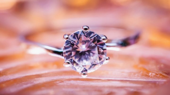 Diamenty wciąż są pożądanym przez kobiety prezentem