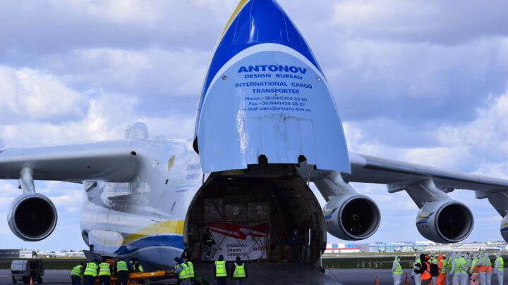 Największy samolot transportowy świata przywiózł do Polski sprzęt medyczny. Posłuży w walce z epidemią Covid-19