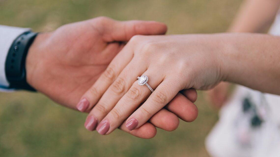 Jak zorganizować zaręczyny w domu?