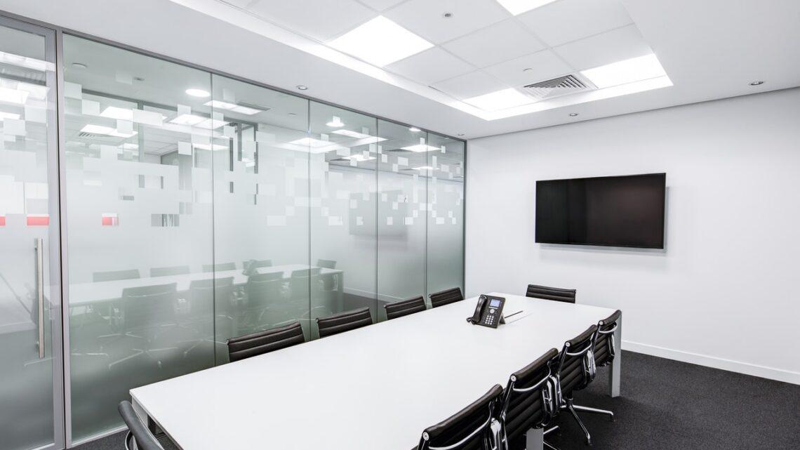 Sala konferencyjna ma duży potencjał. Jakie wyposażenie powinno w niej być?